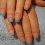 Blaue glänzende Fingernägel