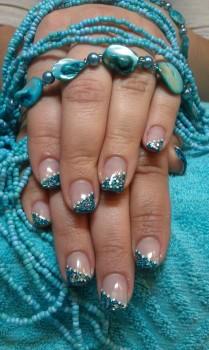 Fingernägel blau lackiert