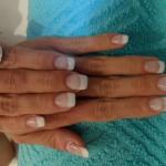 Fingernägel weiss lackiert und verlängert