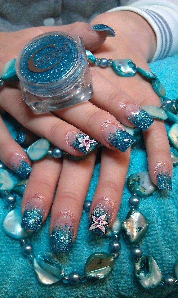 blaue glitzernde Nägel