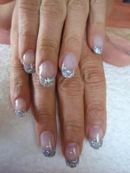 glänzende glitzernde Fingernägel