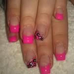 rosa lackierte Fingernägel